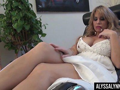 Legendary pornstar Alyssa Lynn is masturbating say no to pussy