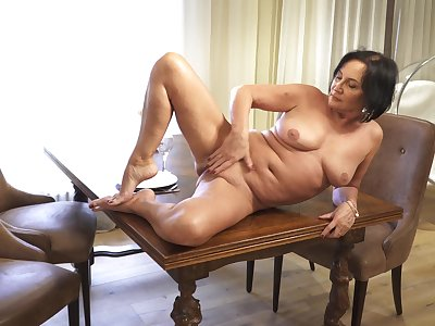 Provocative mature Olivia Westervelt loves masturbating on a difficulty chair