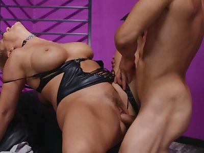 Short-haired flaxen-haired MILF enjoys nasty sex with hung client